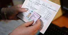 Мигрантов в РФ обязуют заново получать водительские права