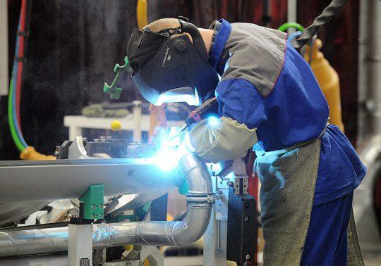 Численность работников промышленности КР выросла на 10.6% с 2015 года