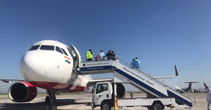 Из Индии в Бишкек вернулись 16 кыргызстанцев