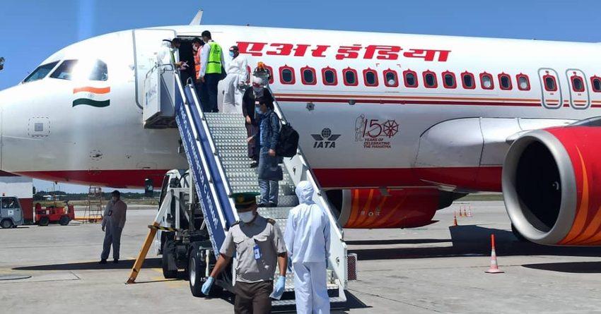 Из Индии вернулись еще 10 кыргызстанцев