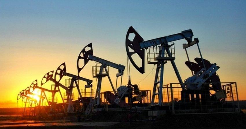Увеличение запасов бензина снизило цену на нефть