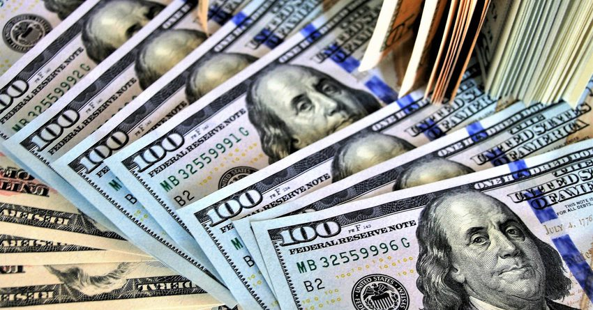 Комбанки в конце апреля купили рекордное количество долларов США