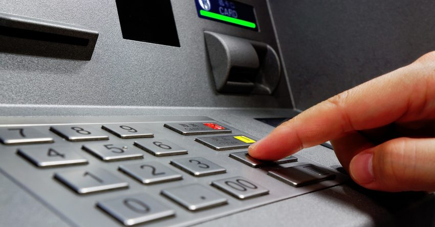 Кыргызстанцы стали меньше снимать деньги в банкоматах и больше платить картами за покупки
