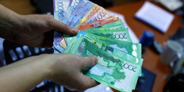 В РК назвали самые высокие и низкие зарплаты за 10 лет