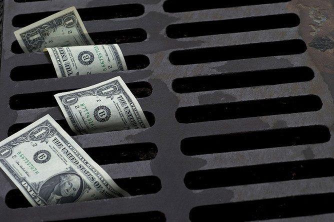 С начала года отток денег из КР в Россию составил $252.2 млн