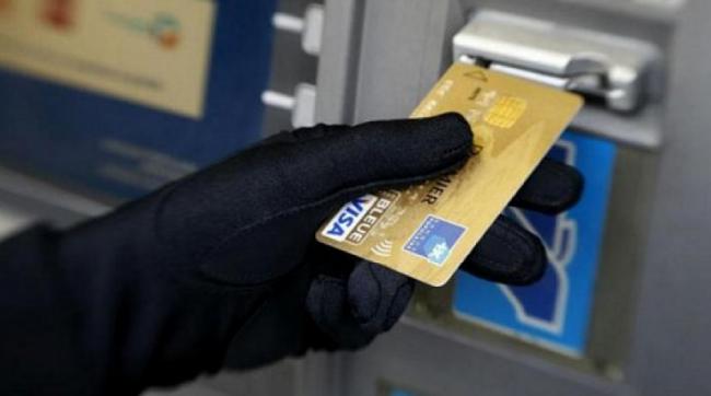 В КР участились случаи мошенничества в отношении владельцев карт комбанка