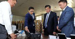 Премьер-министр КР осмотрел оборудование для информационных киосков «Таза коом»