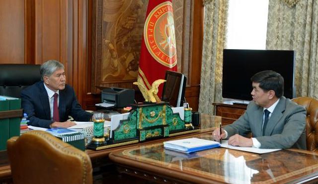 Атамбаев поручил правительству пересмотреть тарифы страховых взносов в Соцфонд