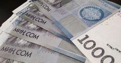 Средняя зарплата в КР за два месяца снизилась почти на 2 тысячи сомов
