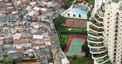 Состояние 8-ми богатейших людей достигло объема средств половины населения мира