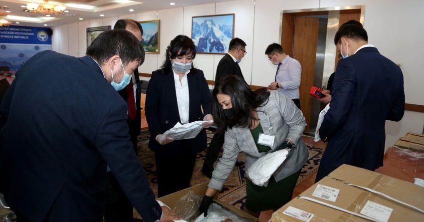 В Минздрав КР передали гумпомощь на 2.7 млн сомов