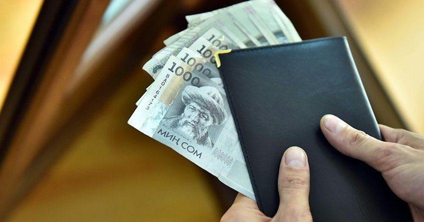 За месяц объем денег в обращении у кыргызстанцев вырос на 2.5 млрд сомов