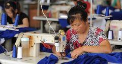 Спрос на швейную продукцию из КР сильно вырос – на предприятиях не хватает швей