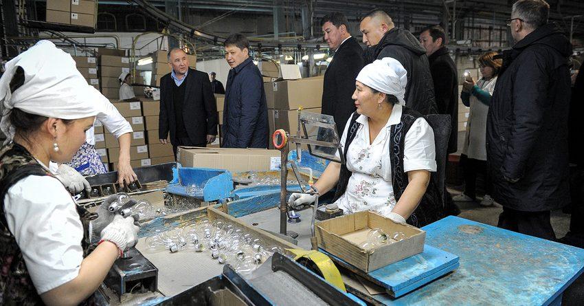 Исаков ознакомился с деятельностью Майлуу-Сууйского лампового завода