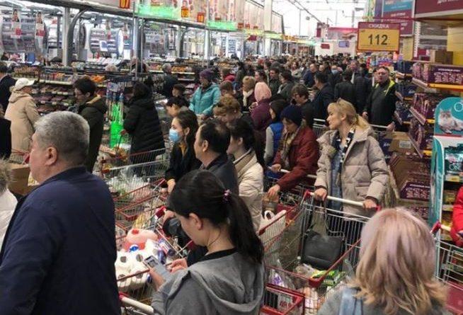 В Алматы после сообщений о зараженных коронавирусом в гипермаркете не протолкнуться
