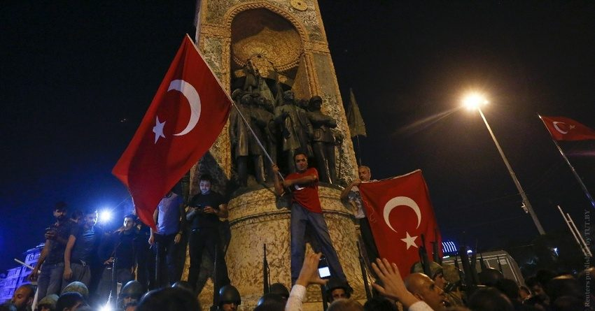 Снижение кредитного рейтинга Турции уронило курс лиры до рекордного минимума