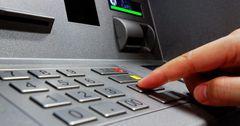 Более 93% операций с платежными картами в КР проводят для снятия наличности