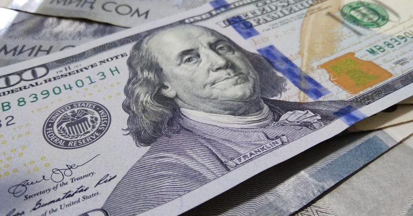 Стоимость доллара поднялась до 76 сомов