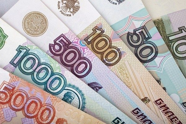 В РФ минимальный размер оплаты труда увеличили до 12.8 тысячи рублей
