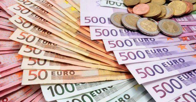 На фоне стабильности доллара евро подорожал на 2%