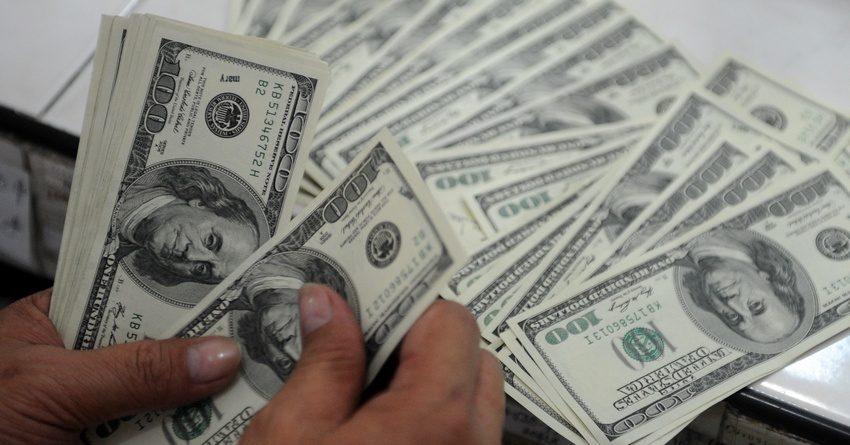 Кыргызстанцы переключились на долларовые депозиты
