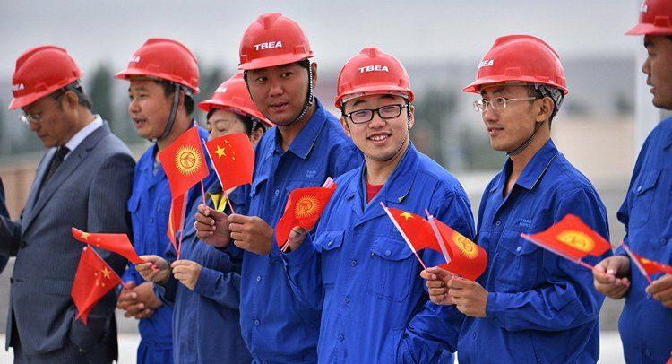В КР хотят отменить трудовые визы и разрешения на работу