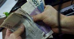 Среднемесячная зарплата за год в Кыргызстане выросла на 740 сомов