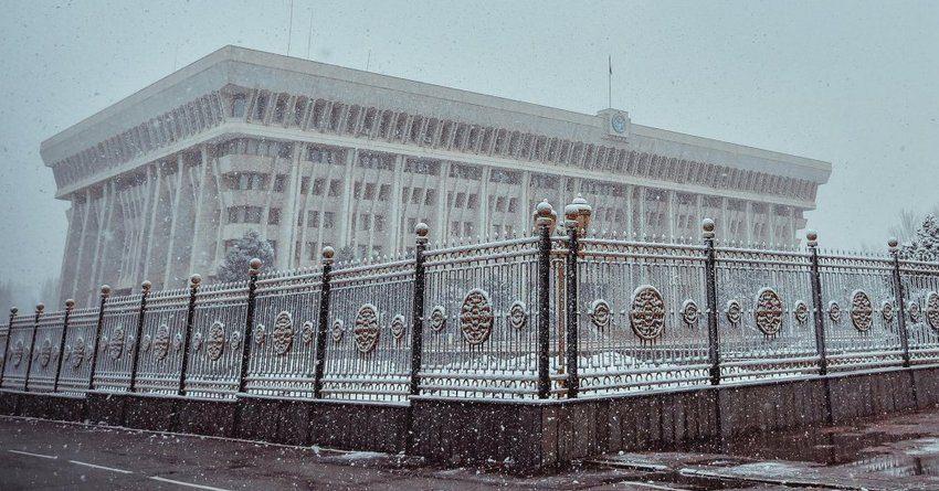 Атамбаев освободил расходы из фонда депутатов от подоходного налога