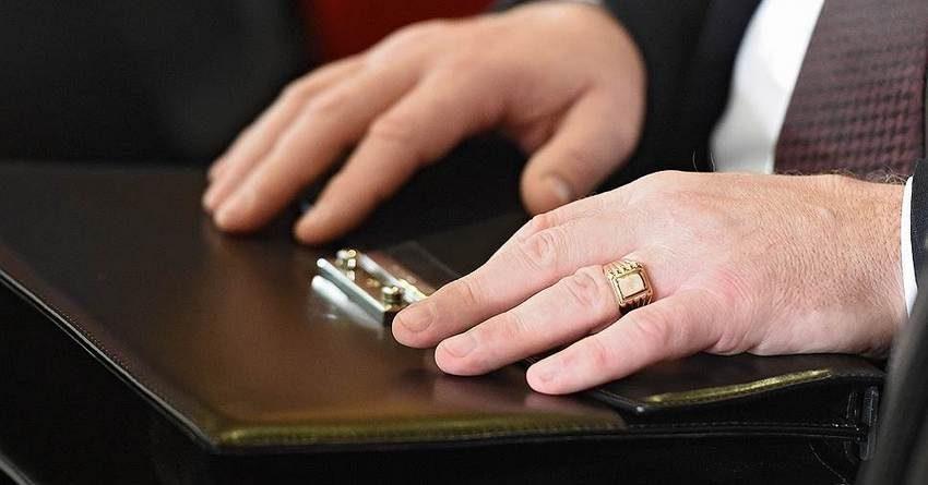 Госслужащих обязали отчитываться о доходах и расходах в декларациях