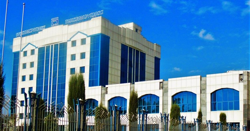 Два крупнейших банка Таджикистана перестали выдавать деньги клиентам