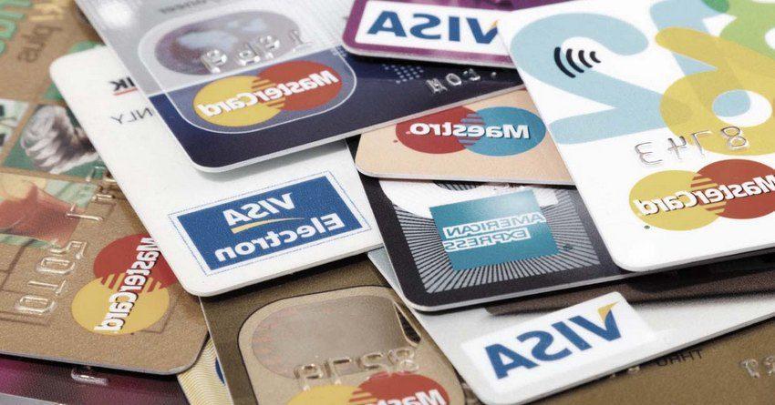 Специалисты: Платежи покартам в этом году впервый раз превысят сумму наличных закупок