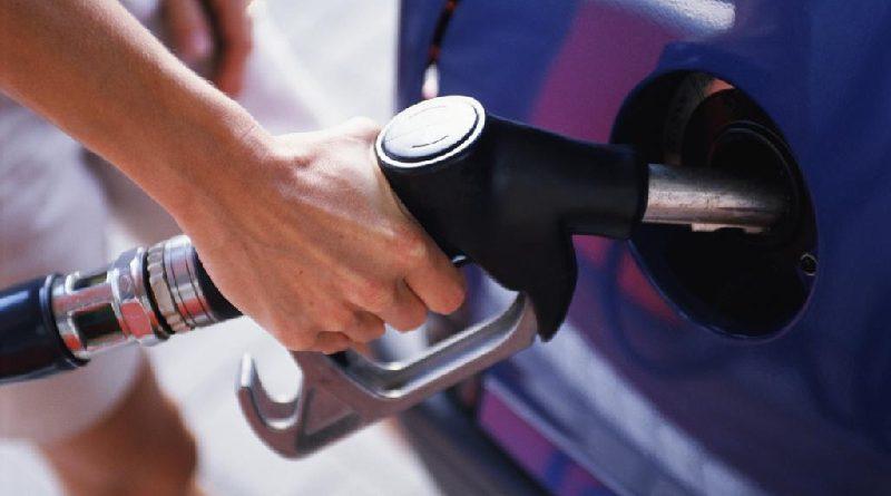 Среднестатистический кыргызстанец может купить на зарплату 355 литров бензина