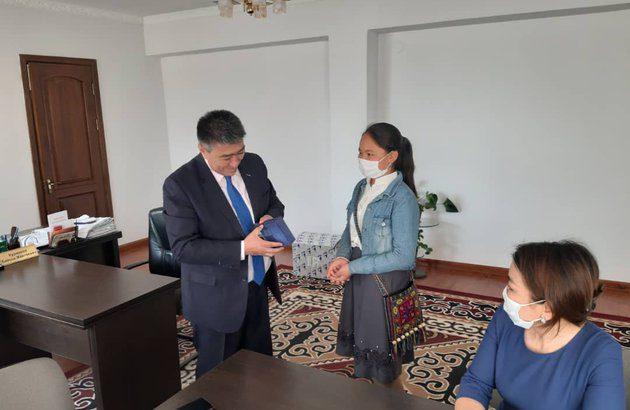 66 учащихся Иссык-Атинского района получили смартфоны
