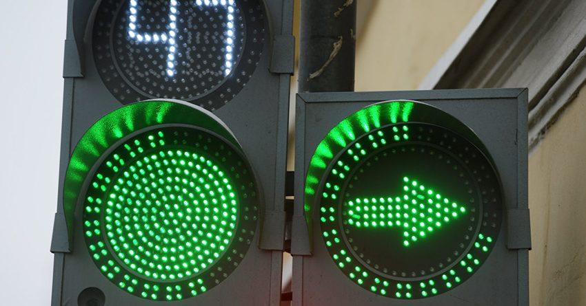 Ответ ГУОБДД о правилах проезда перекрестка с допсекцией противоречит ПДД