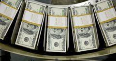 В августе резко вырос интерес кыргызстанцев и нерезидентов к валютным депозитам