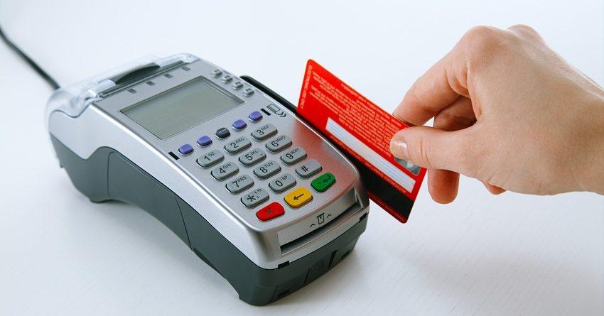 Кыргызстанцы стали реже снимать деньги с банковских карт и чаще платить через POS-терминалы